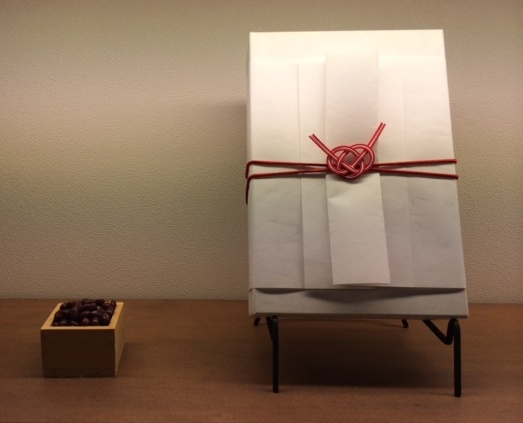 赤白赤あわじ結び(淡路結び)のプレゼントラッピング|和菓子屋さんで利用