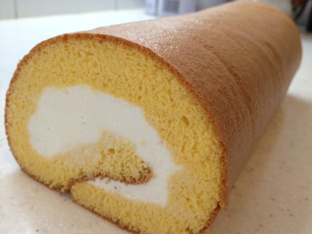 水引梅結びゴム付 プレゼントラッピングの中身のロールケーキ