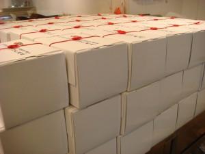 赤色の水引梅結びゴム付 ロールケーキのプレゼントラッピング